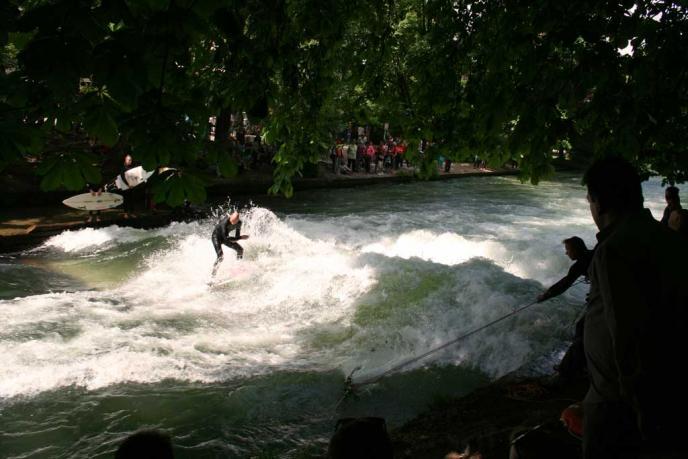 Eisbach Surfer im Englischen Garten