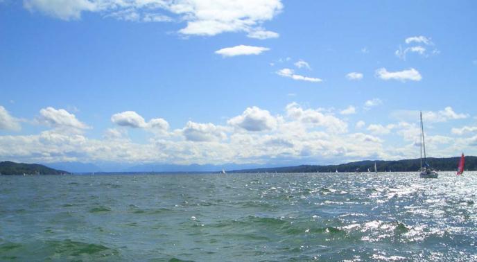 Starnberger See mit Blick auf die Alpen