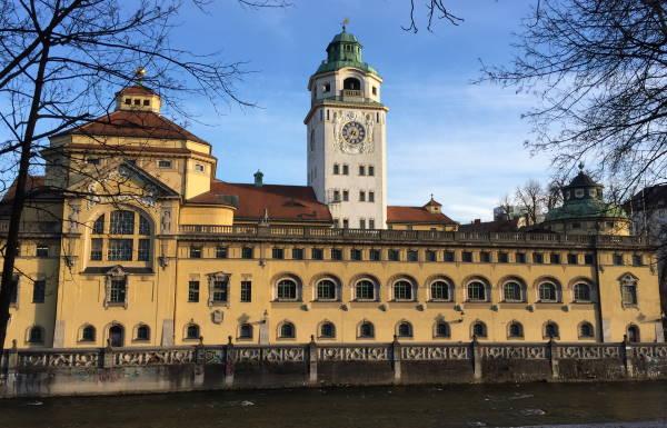 Das Müllerische Volksbad liegt direkt an der Isar